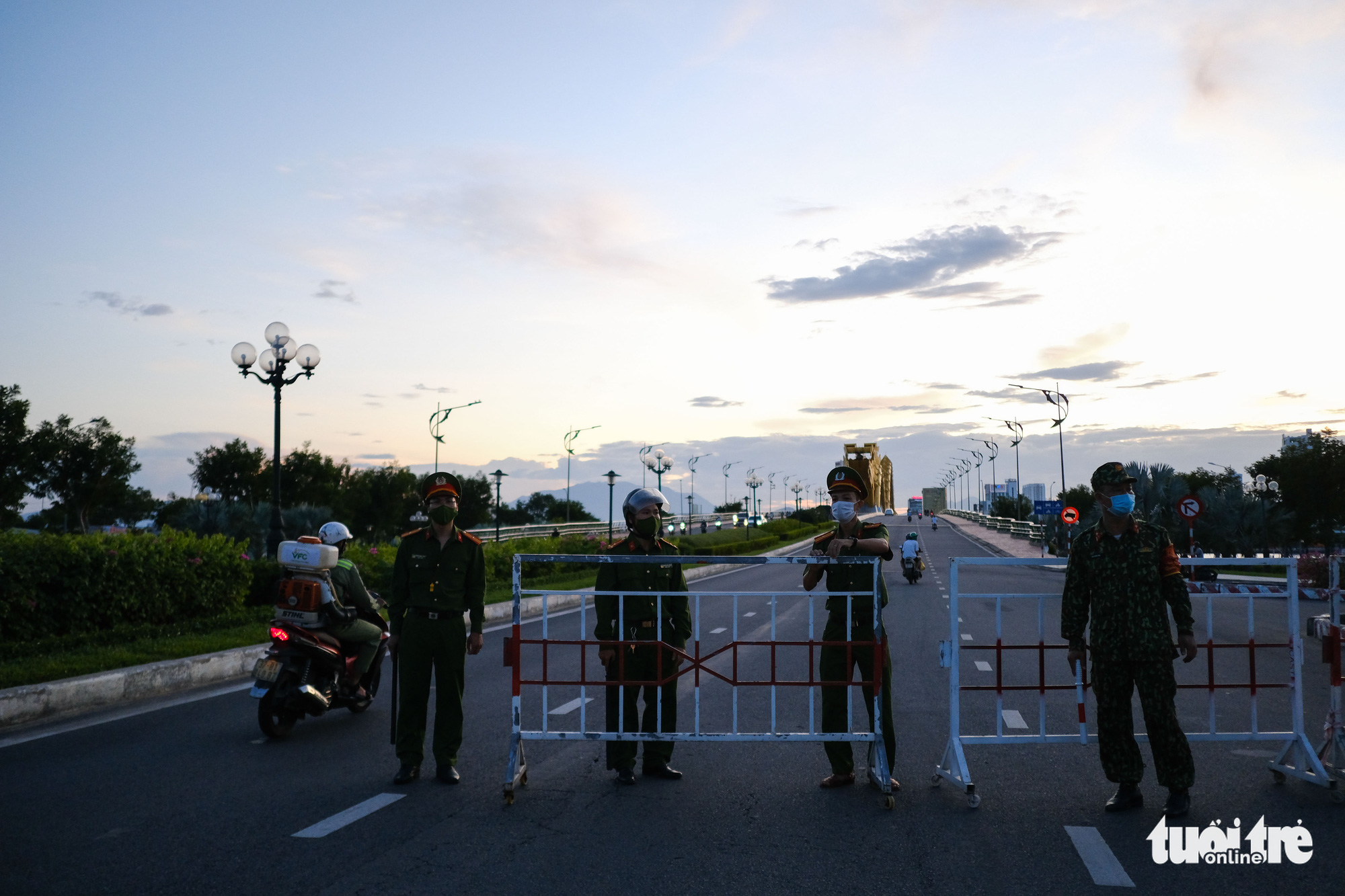A checkpoint is set up in front of the iconic Dragon Bridge in Da Nang, July 31, 2021. Photo: Tan Luc / Tuoi Tre
