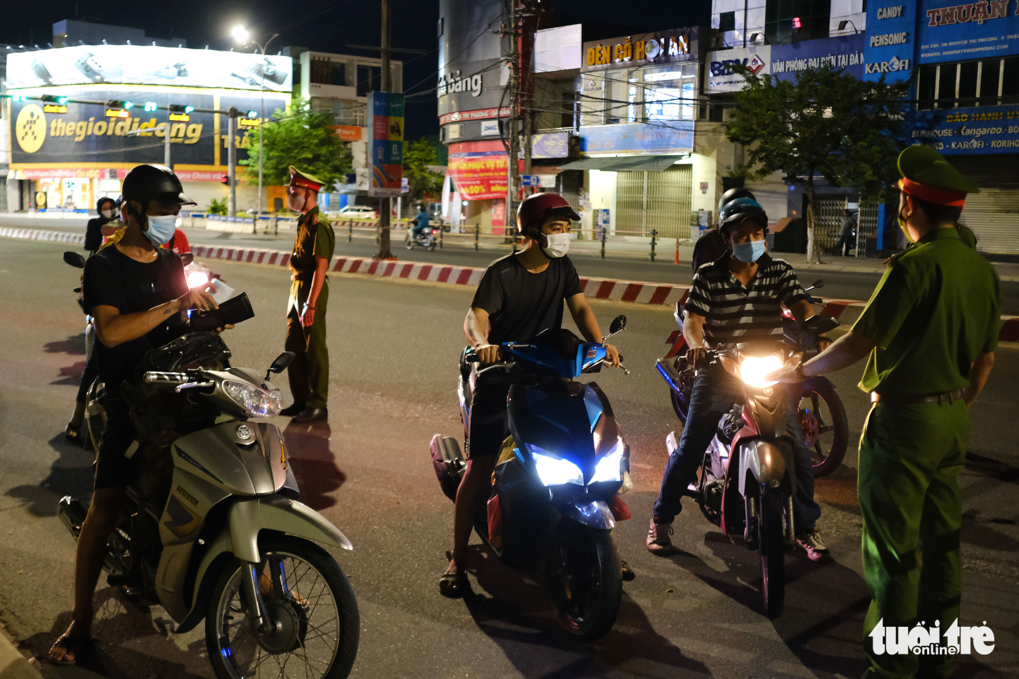 Officers pull over commuters for inspection along a street in Da Nang, July 31, 2021. Photo: Tan Luc / Tuoi Tre