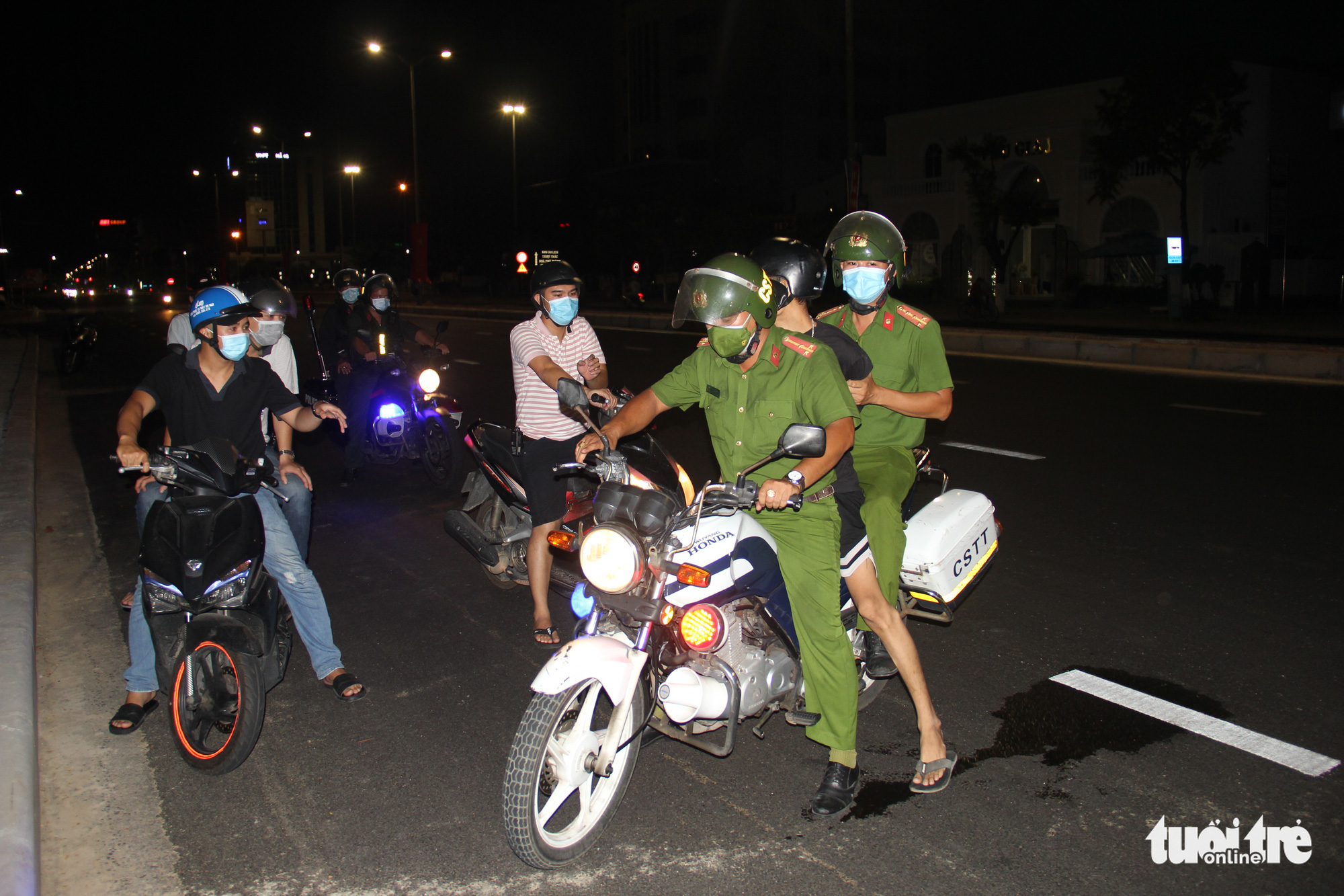 Police arrest a man for drug-related crime during their patrol in Da Nang, July 31, 2021. Photo: Truong Trung / Tuoi Tre