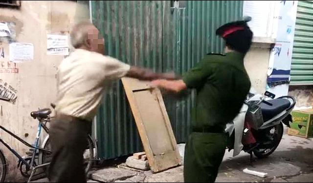 Maskless septuagenarian man filmed attacking officer in Hanoi alley