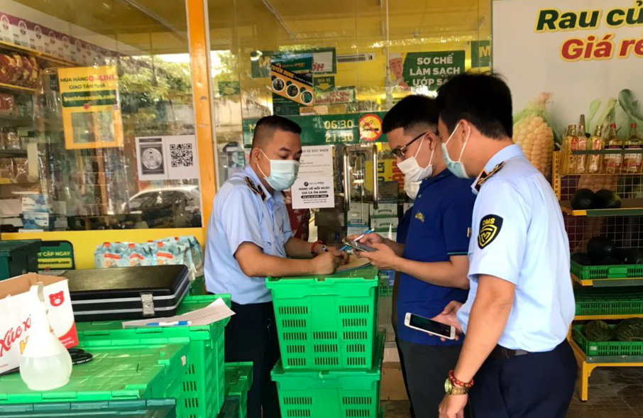 Grocery chain fined for not listing prices, selling expired products in southern Vietnamese province
