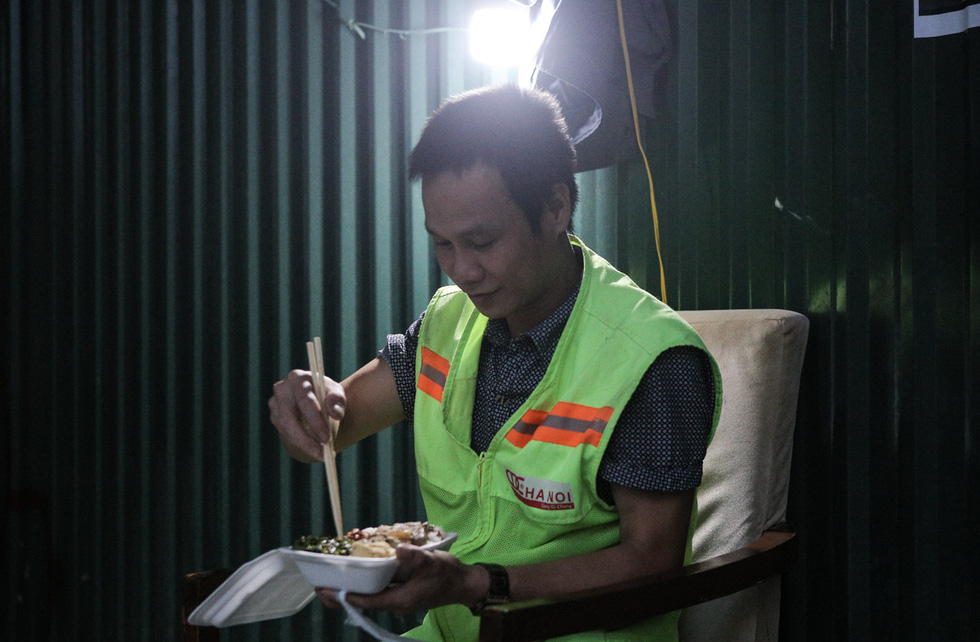 A worker enjoys a meal that he has received from a kind donor during the pandemic in Hanoi. Photo: Ha Quan / Tuoi Tre