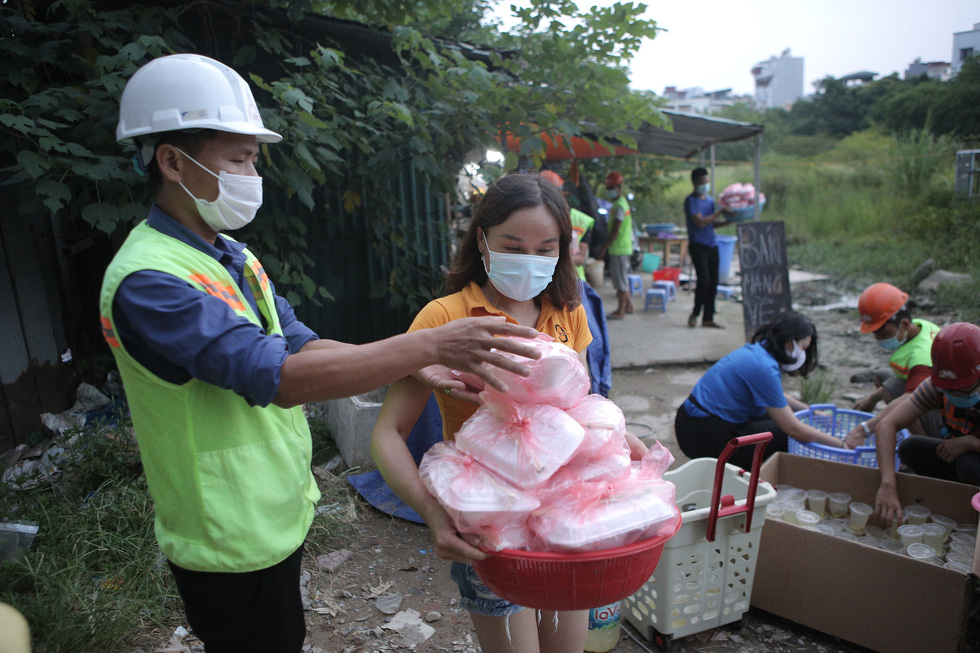 Every member of the group has been assigned specific tasks when bringing meals to give to the poor. Photo: Ha Quan / Tuoi Tre