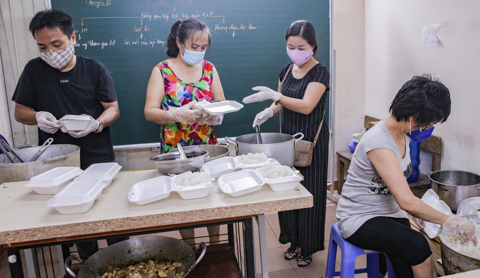 Rice meals are prepared in a class of the group's members and by the teachers who are teaching in some secondary schools in Hanoi. Photo: Ha Quan / Tuoi Tre