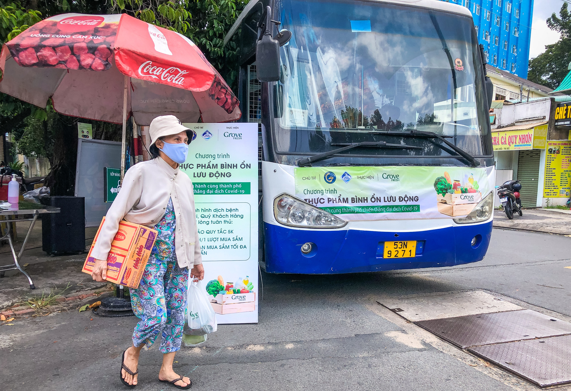 The mobile mini-supermarket parks on Chuong Duong Street in Thu Duc City, Ho Chi Minh City, August 7, 2021. Photo: Kim Ut / Tuoi Tre