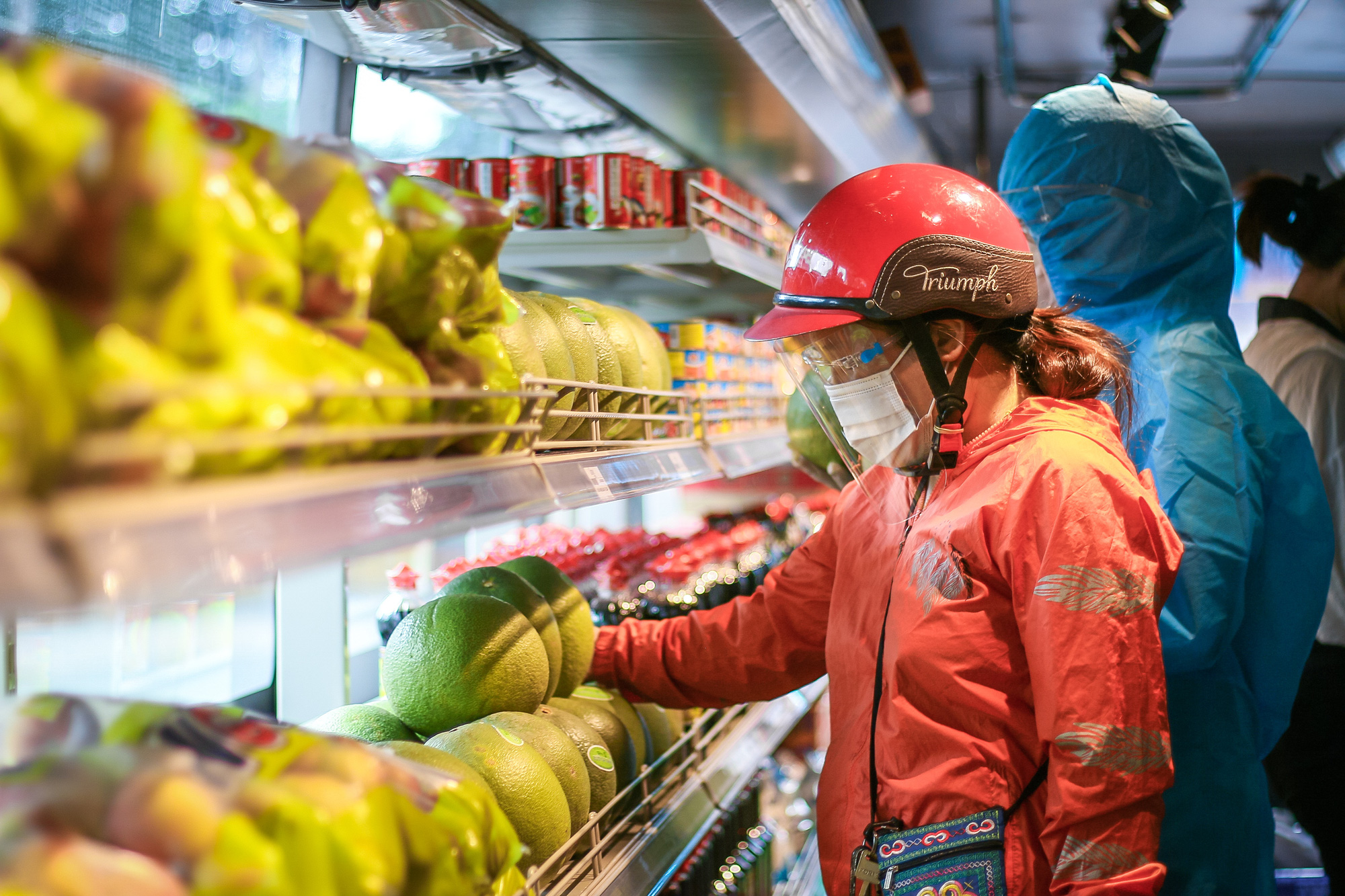 A woman browses for fruits at the mobile mini-supermarket in Ho Chi Minh City. Photo: Chau Tuan / Tuoi Tre