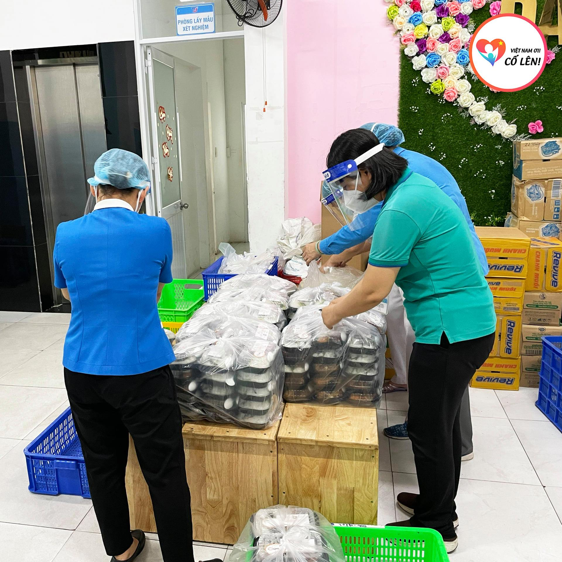 Packs of meals are ready to be carried to the unprivileged communities in Ho Chi Minh City. Photo: VNOCL