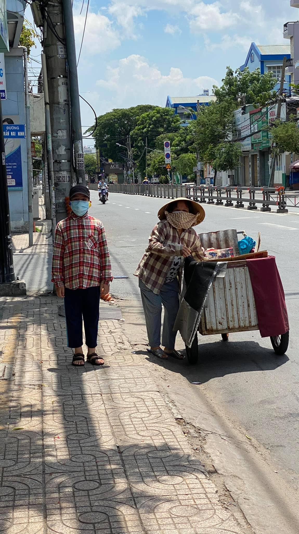 The image of a poor mother and her son pushing a cart collecting recyclable wastes on Saigon streets made Ngoc Anh and Jerome feel bad and they decide to do something at once to help the needy during the COVID-19 pandemic. Photo: Tran Ngoc Anh