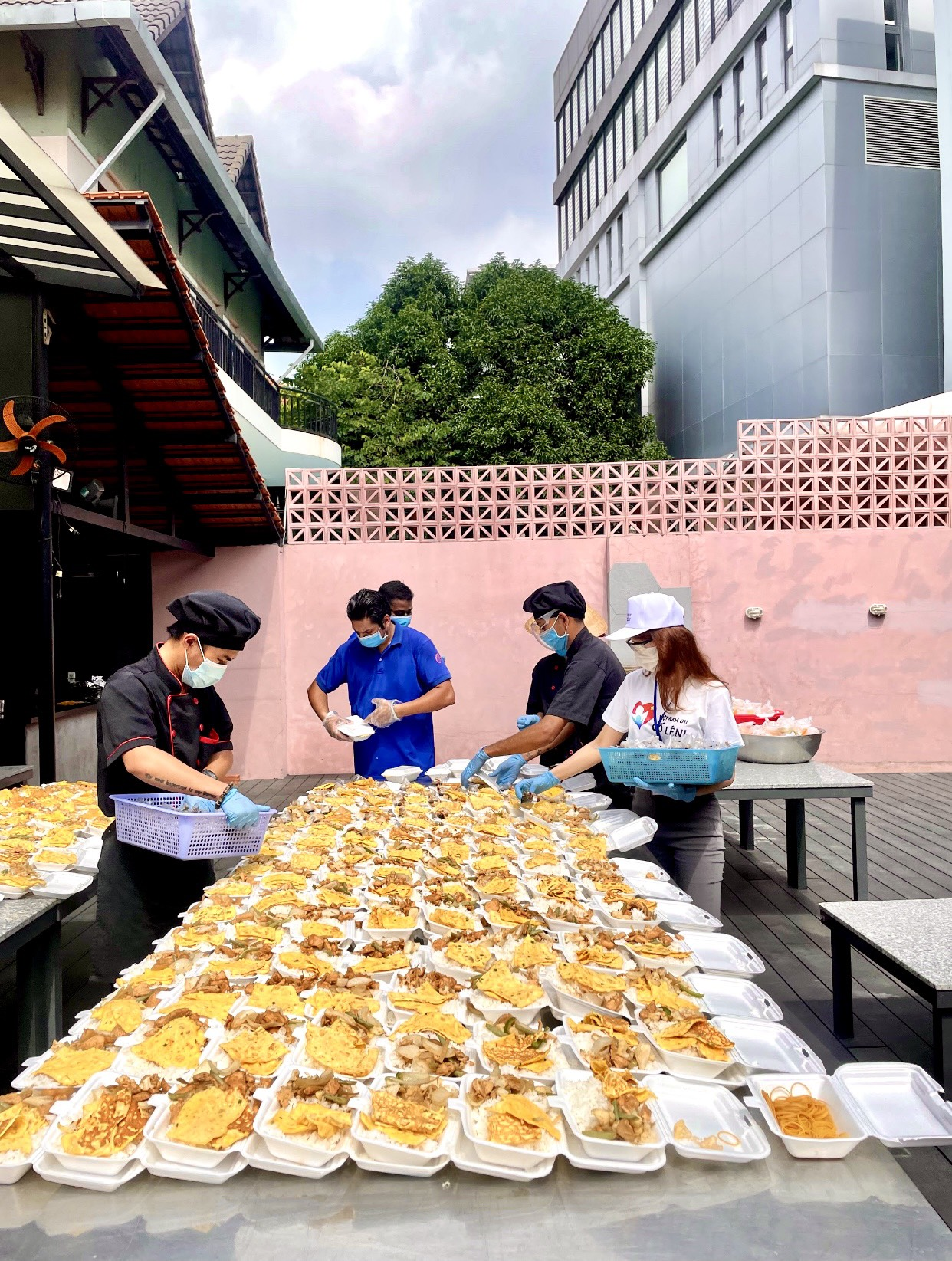 The members of the team 'Viet Nam oi co len!' prepare meals before delivering them to the needy and frontline medical workers. There are about 80 members in the team. Photo: VNOCL