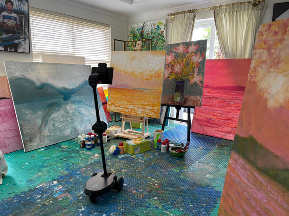 Xeo Chu's virtual exhibition 'Pandemic Painting' is livestreamed by telepresence robot Ohmni.