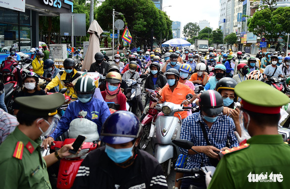 Traffic jammed over new declaration system at COVID-19 checkpoints in Ho Chi Minh City
