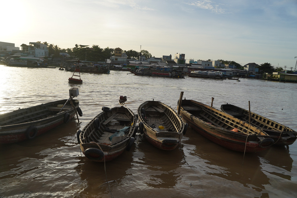Lightweight boats sit idle at the Cai Rang Floating Market in Can Tho City, Vietnam, August 9, 2021. Photo: Tien Trinh / Tuoi Tre
