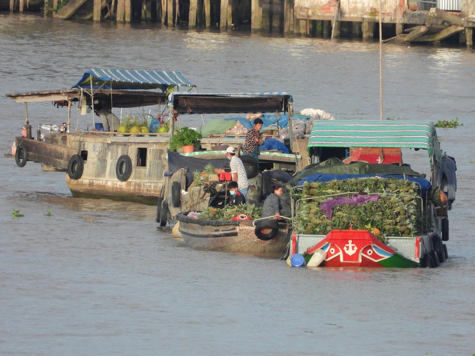 In photos: Mekong Delta's biggest floating market quiet during social distancing