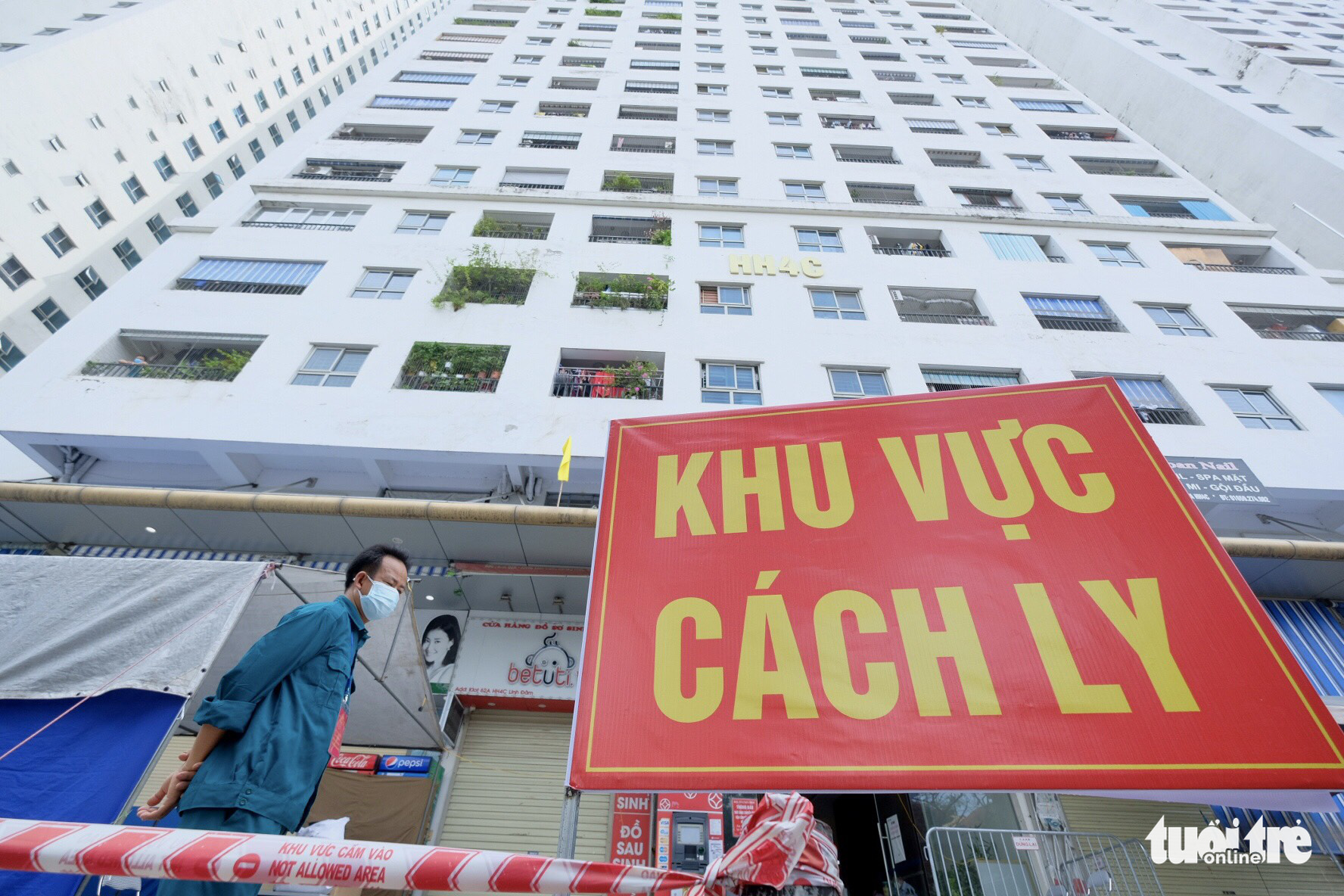 34,000 residents test for COVID-19 after 27 infections at Hanoi apartment complex