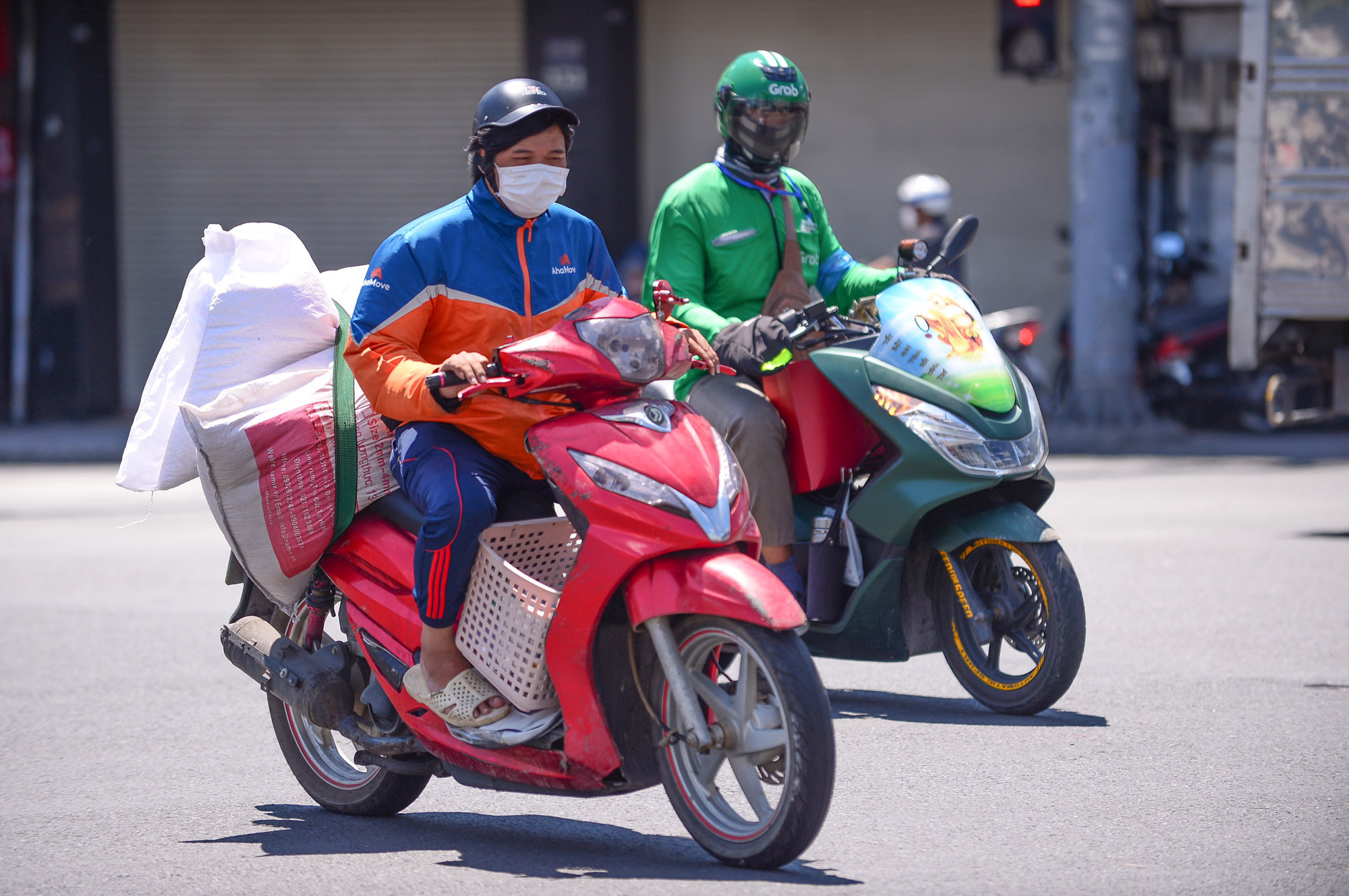 How do delivery workers protect themselves and recipients from COVID-19 in Ho Chi Minh City?