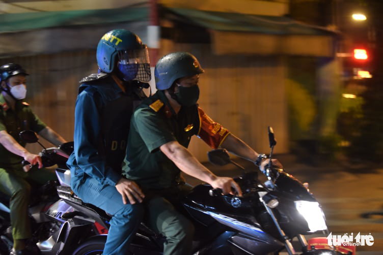 Military officers patrol a street in District 3, Ho Chi Minh City, August 22, 2021. Photo: Duyen Phan / Tuoi Tre