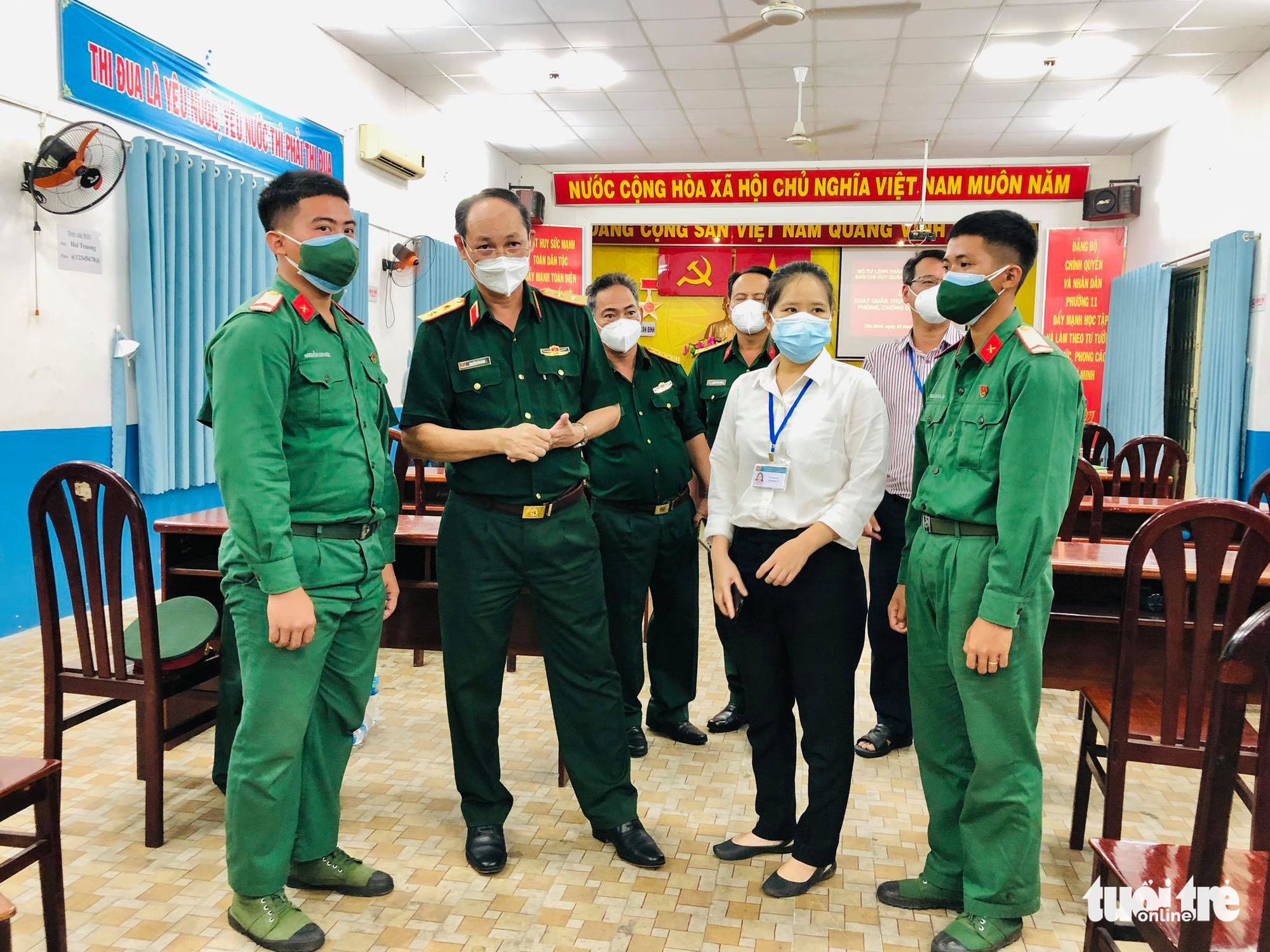 Lieutenant General Nguyen Van Nam (L, 2nd), commander of the Ho Chi Minh City High Command, talks with officers at the police headquarters in Ward 11, Tan Binh District, Ho Chi Minh City, August 22, 2021. Photo: Chau Tuan / Tuoi Tre