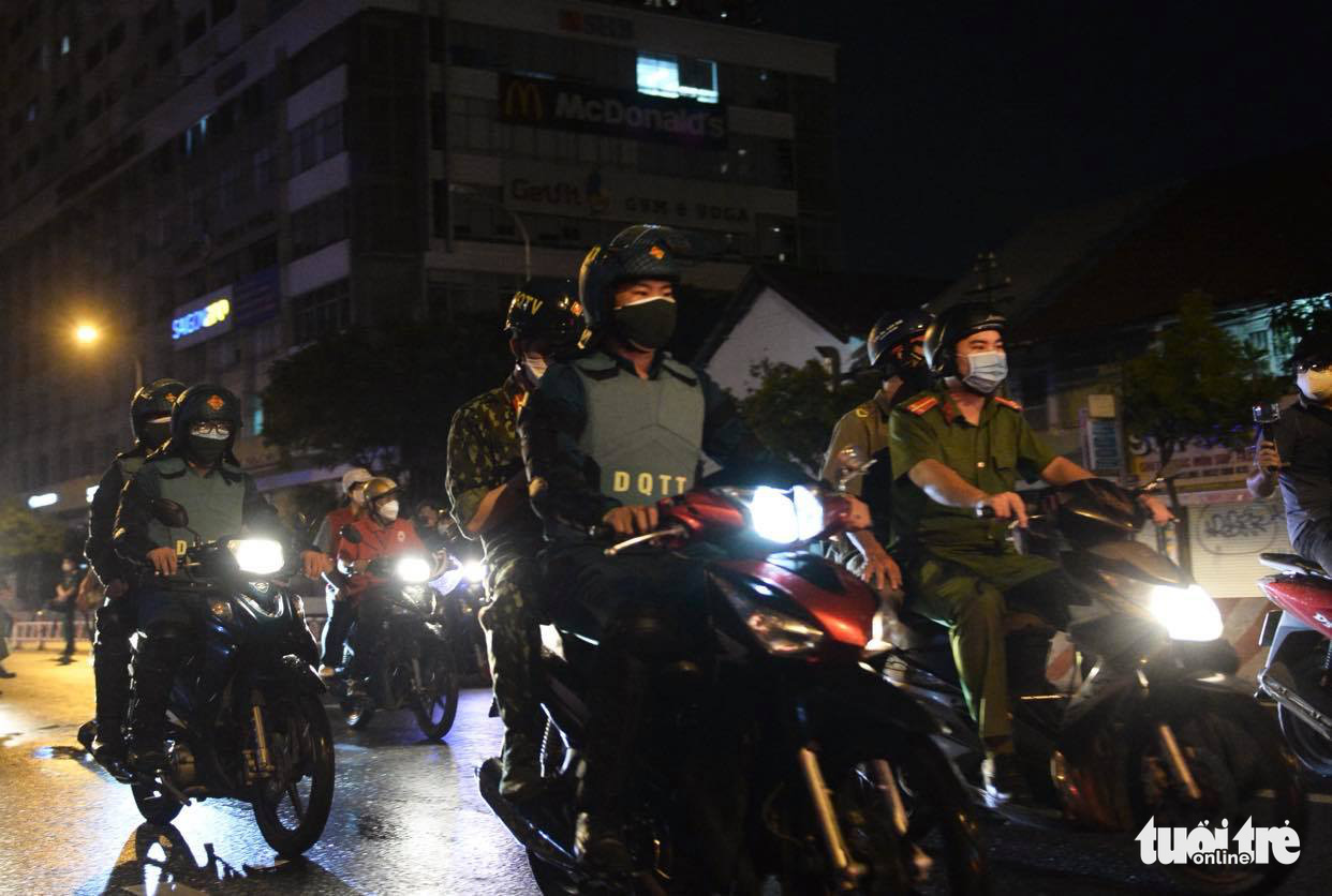 Military officers patrol a street in District 4, Ho Chi Minh City, August 22, 2021. Photo: Tu Trung / Tuoi Tre