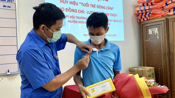 Luong Thanh Thuy (right) is honored with the 'Tuoi tre dung cam' (Brave youths) title by the Communist Youth Union's Central Committee for saving two children from drowning. Photo: Tran Mai / Tuoi Tre