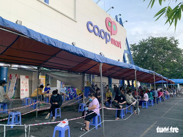 Buyers queue before entering Co.op Mart supermarket in Ho Chi Minh City. Photo: Bong Mai / Tuoi Tre