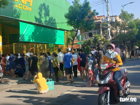 Buyers queue before entering Bach Hoa Xanh grocery store in Ho Chi Minh City. Photo: Quang Dinh / Tuoi Tre