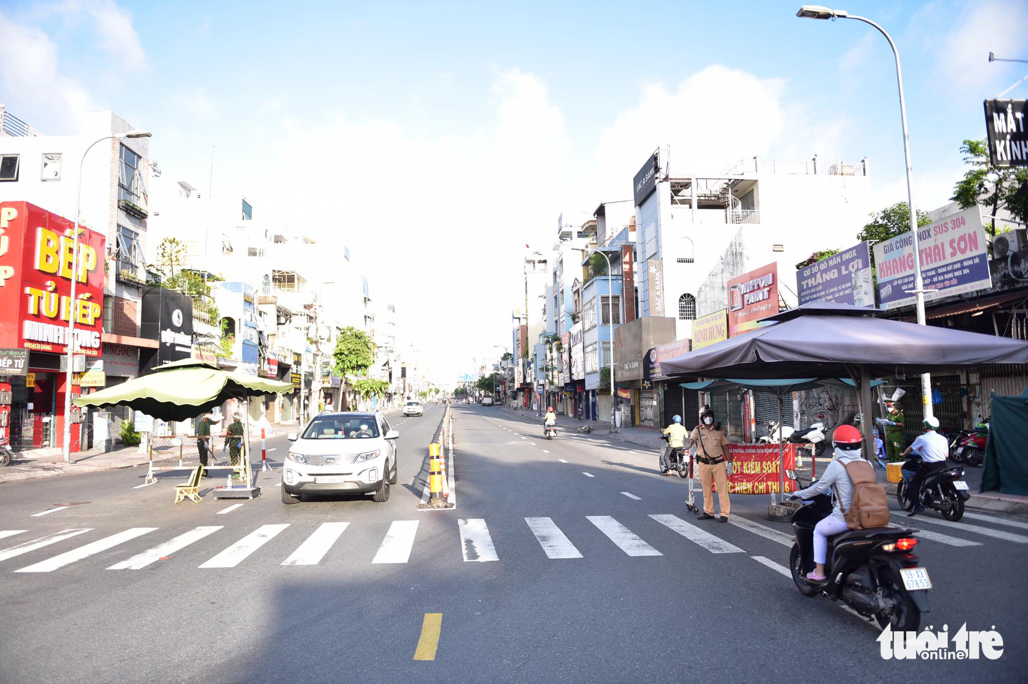 A COVID-19 checkpoint on Bach Dang Street in Binh Thanh District, Ho Chi Minh City, August 24, 2021. Photo: Ngoc Phuong / Tuoi Tre