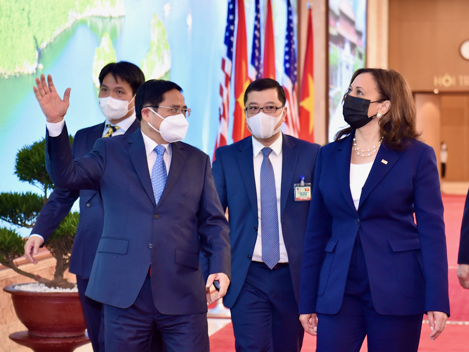 Vietnamese Prime Minister Pham Minh Chinh talks with U.S. Vice President Kamala Harris at the government office in Hanoi, August 25, 2021. Photo: Vietnam Government Portal