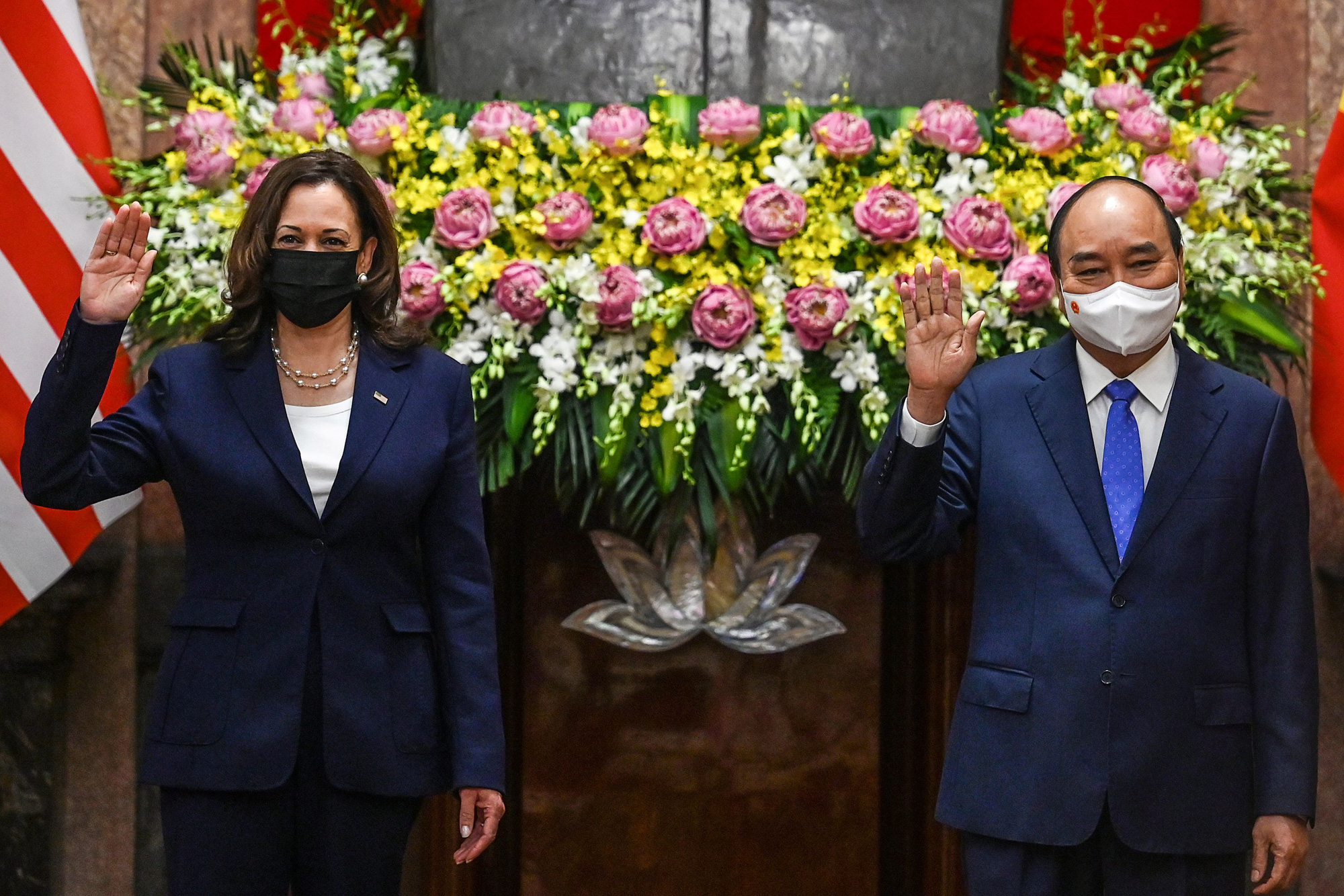 U.S. Vice President Kamala Harris and Vietnamese State President Nguyen Xuan Phuc at the presidential palace in Hanoi, August 25, 2021. Photo: Reuters