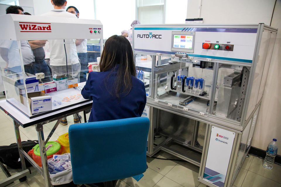 A technician works at AutoVacc vaccine extraction machine designed by the Chulalongkorn University's Biomedical Engineering Research Center to extract extra doses out of AstraZeneca vaccine vials in Bangkok, Thailand August 23, 2021. Photo: Reuters
