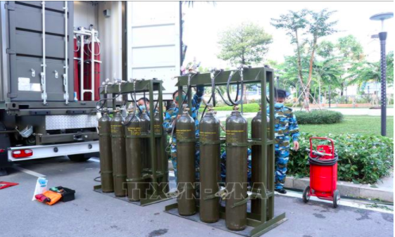 Military officers operate mobile oxygen production equipment at the Military Hospital 175 in Ho Chi Minh City. Photo: Vietnam News Agency