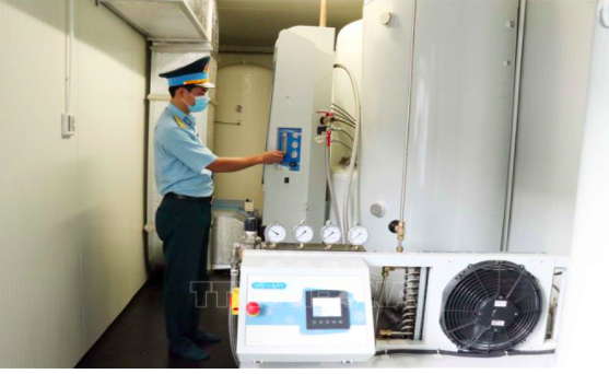 A military officer operates mobile oxygen production equipment at the Military Hospital 175 in Ho Chi Minh City. Photo: Vietnam News Agency