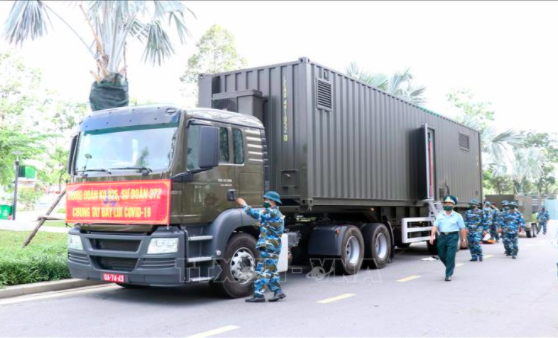 Military officials visit two mobile oxygen production stations at the Military Hospital 175 in Ho Chi Minh City. Photo: Vietnam News Agency