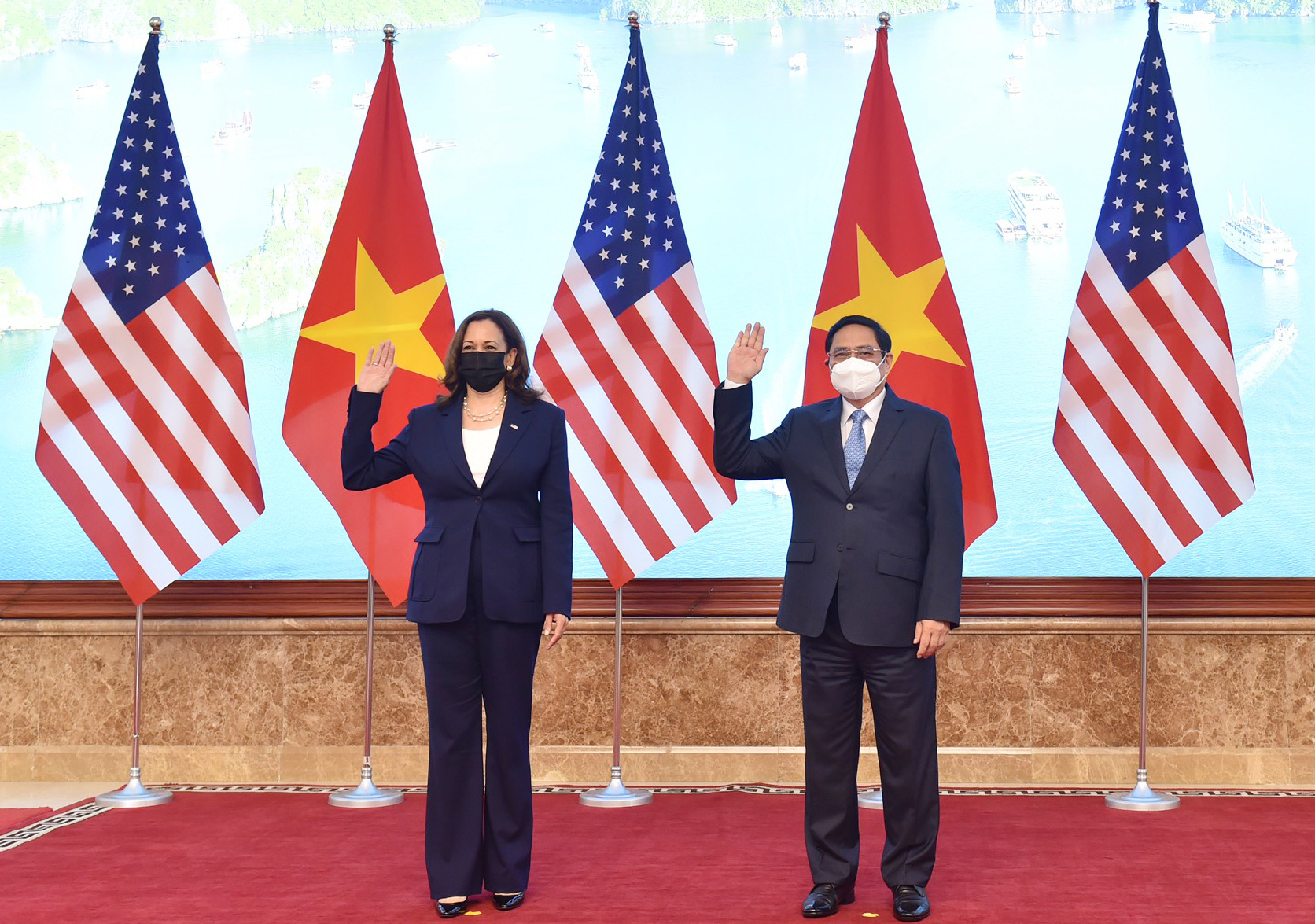 U.S. Vice President Kamala Harris and Vietnamese Prime Minister Pham Minh Chinh at the Government Office in Hanoi, August 25, 2021. Photo: Quang Minh / Tuoi Tre