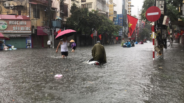 A motorbike breaks down on an inundated street in Hai Phong City, August 26, 2021. Photo: Tien Thang / Tuoi Tre