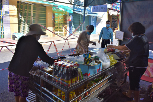 Local residents buy food at a coronavirus-safe grocery stall in Nha Trang City. Photo: Minh Chien / Tuoi Tre