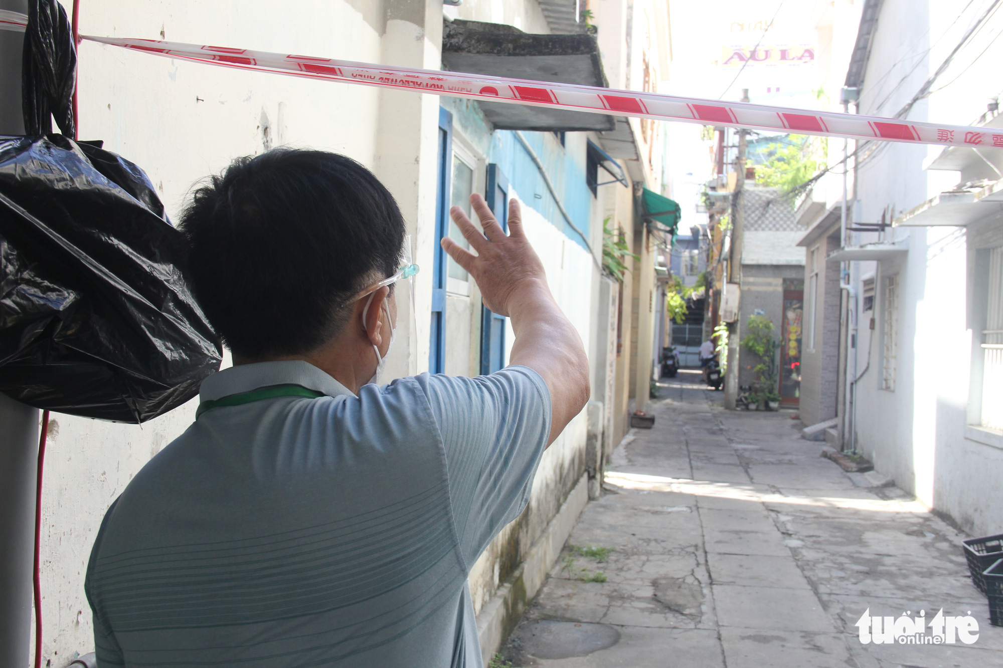 A neighborhood leader reminds residents to stay indoors in Hai Chau District, Da Nang, August 29, 2021. Photo: Tuoi Tre