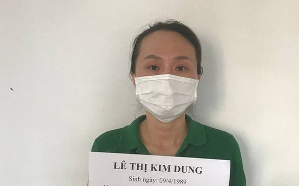 Le Thi Kim Dung is held by police for suspects of exploiting influences on officials to sell COVID-19 vaccination slots. Photo courtesy of the Ho CHi Minh City Department of Public Security.
