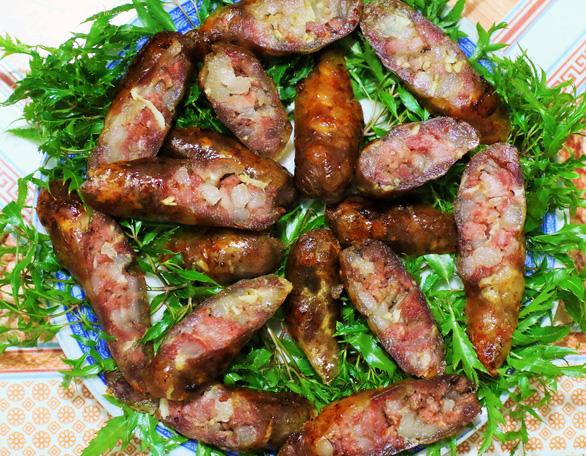 Fried lap xuong sausage. Photo: Dao Tho / Tuoi Tre