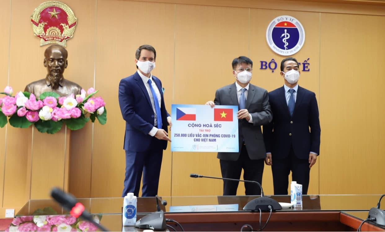 Vietnam receives over 250,000 COVID-19 jabs donated by Czech government