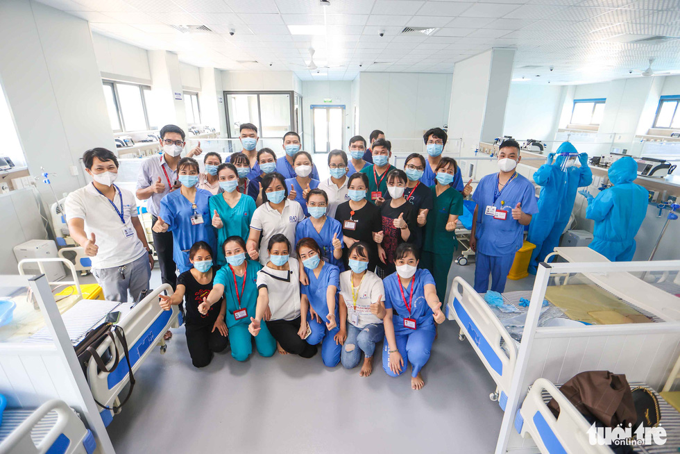 Medical workers from the Hanoi Medical University Hospital pose for a photo at a newly-built COVID-19 field hospital in Hoang Mai District, Hanoi, August 31, 2021. Photo: Nguyen Khanh / Tuoi Tre