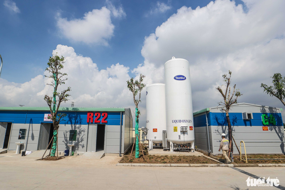 An oxygen supply tank at a newly-built COVID-19 field hospital in Hoang Mai District, Hanoi, August 31, 2021. Photo: Nguyen Khanh / Tuoi Tre