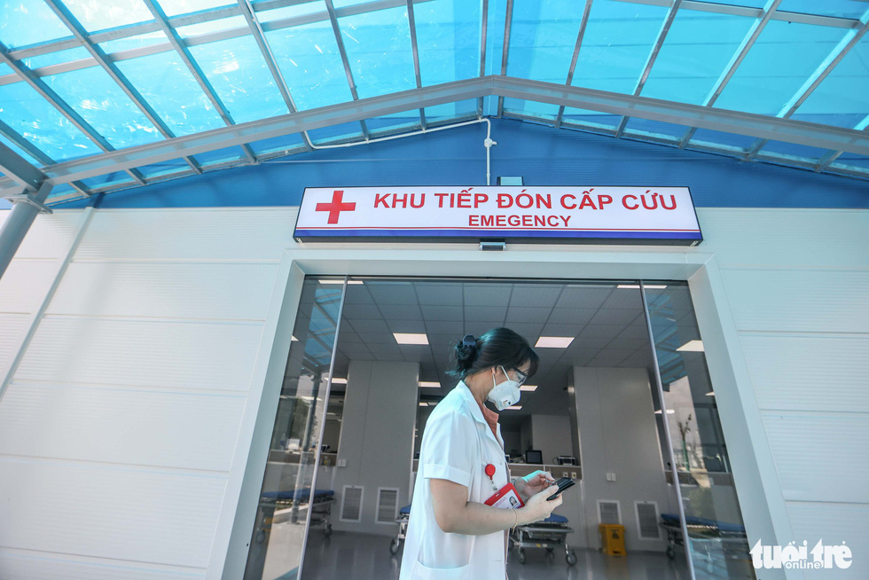 A doctor walks past the emergency ward at a newly-built COVID-19 field hospital in Hoang Mai District, Hanoi, August 31, 2021. Photo: Nguyen Khanh / Tuoi Tre