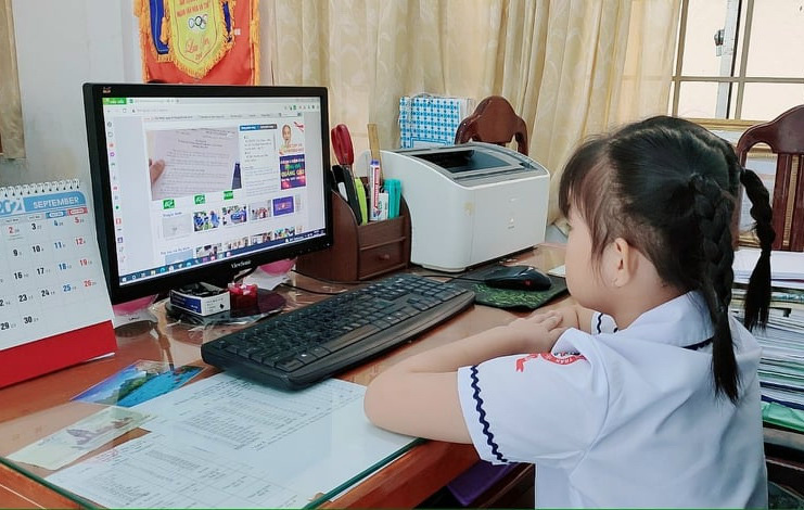 A first-grader attends a virtual school year opening ceremony in Kien Giang Province, Vietnam, September 5, 2021. Photo: Thu Huong / Tuoi Tre