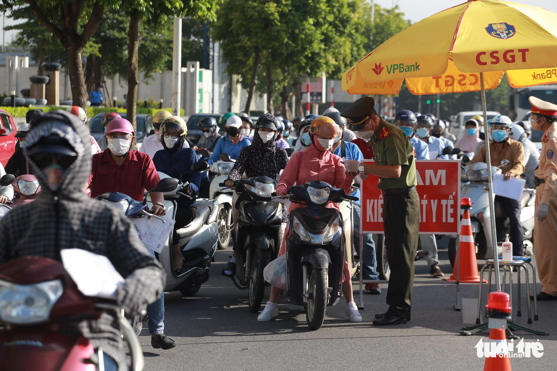 An officer checks documents of commuters in Hanoi, September 6, 2021. Photo: Chi Tue / Tuoi Tre