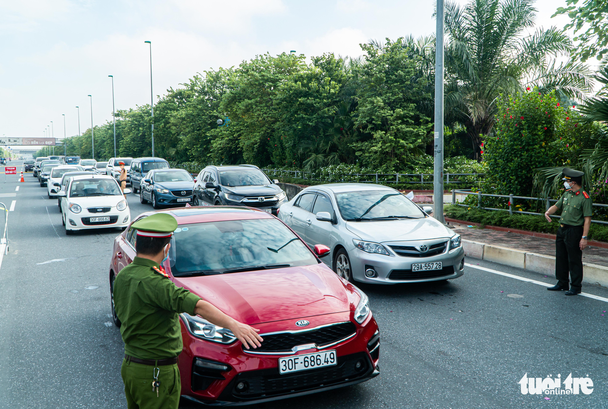 Cars line up in front of a COVID-19 checkpoint in Hanoi, September 6, 2021. Photo: Pham Tuan / Tuoi Tre