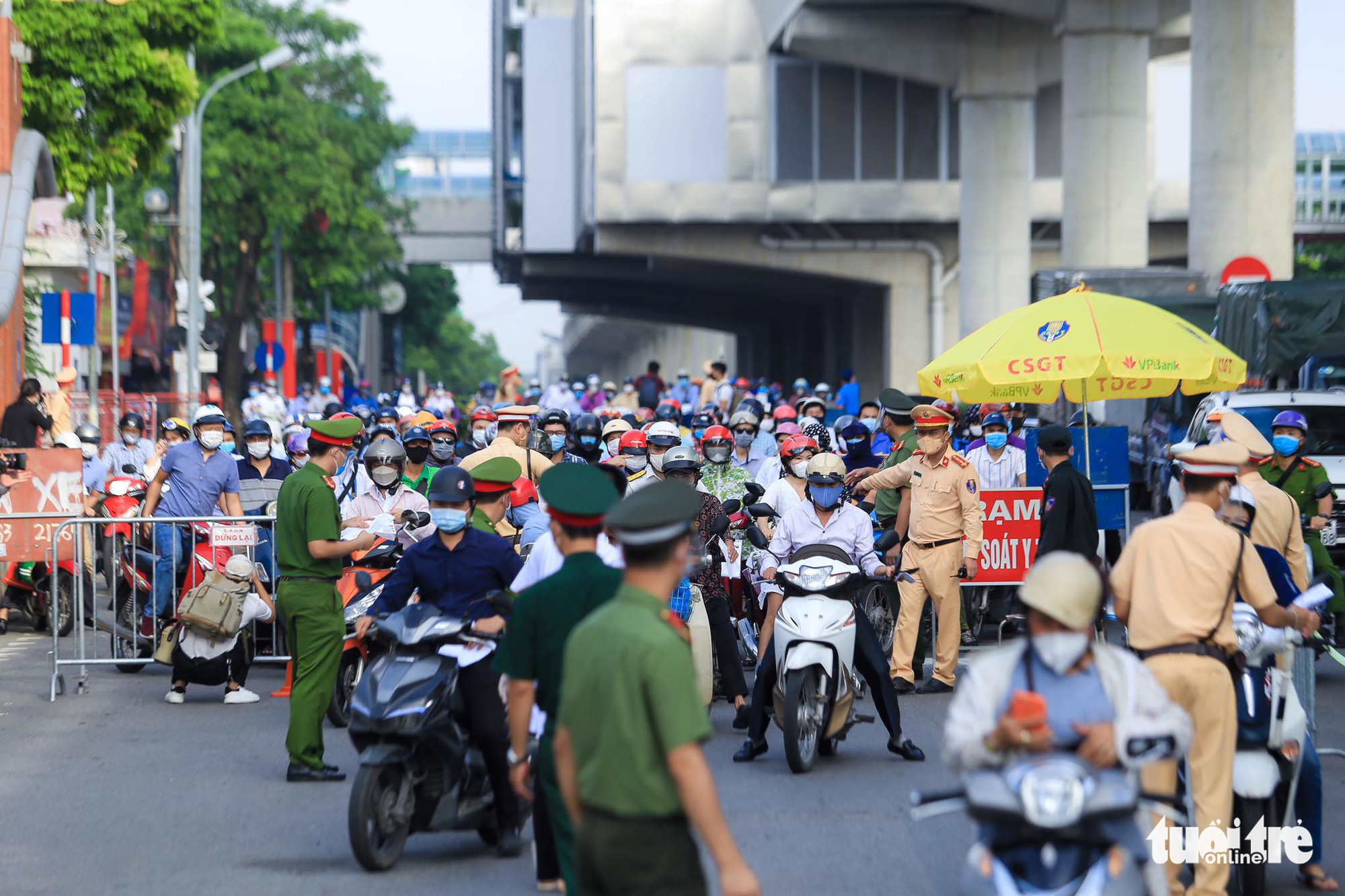 Congestion occurs at a COVID-19 checkpoint in Hanoi, September 6, 2021. Photo: Huu Thang / Tuoi Tre