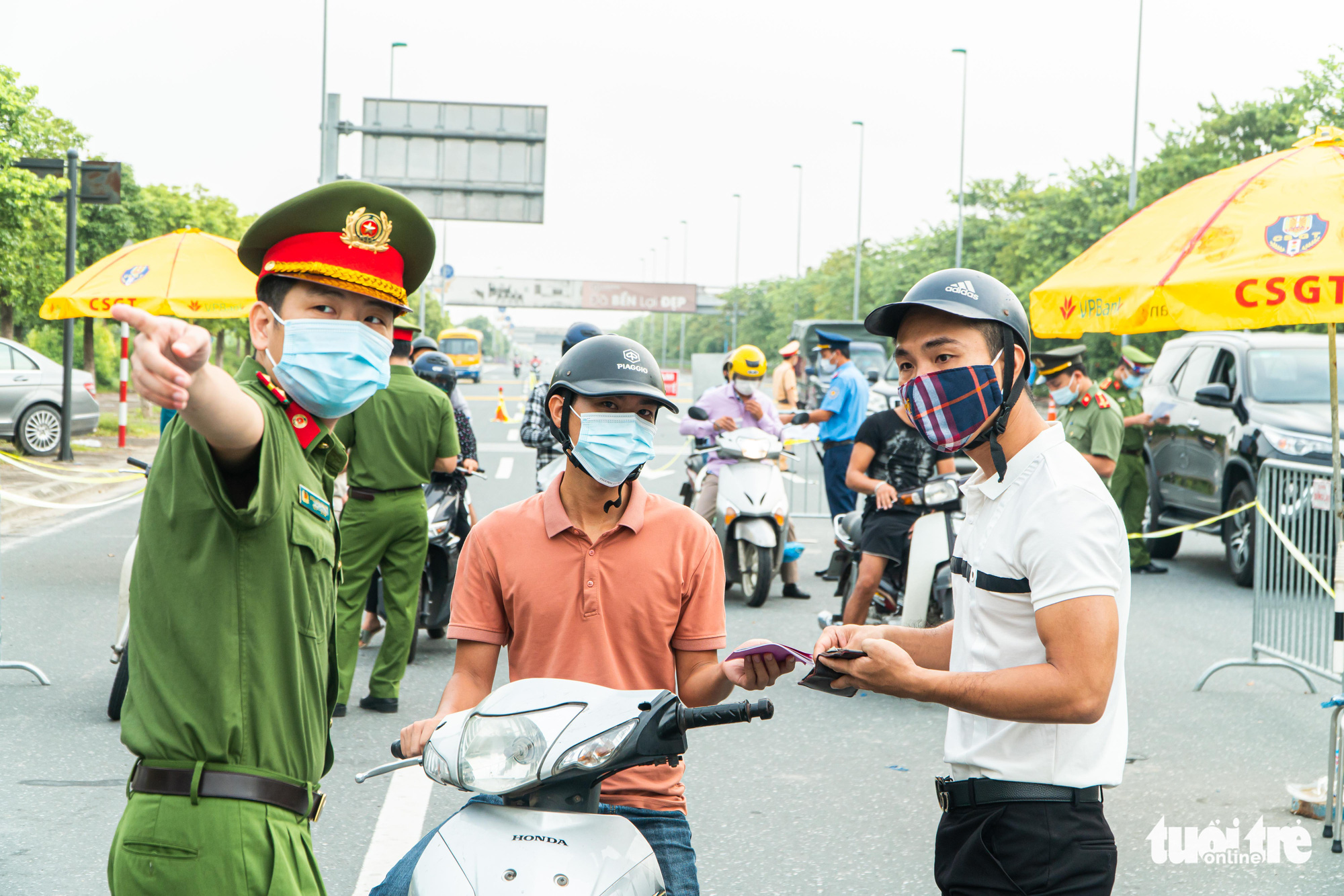 Commuters without a valid travel pass are required to turn around at a checkpoint in Hanoi, September 6, 2021. Photo: Pham Tuan / Tuoi Tre