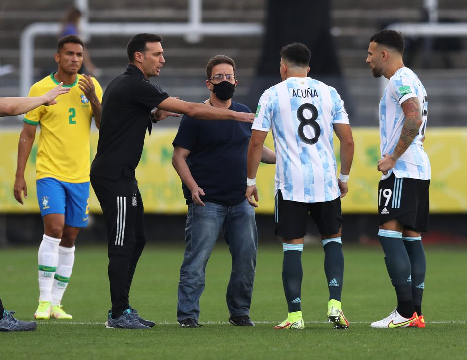 Soccer Football - World Cup - South American Qualifiers - Brazil v Argentina - Arena Corinthians, Sao Paulo, Brazil - September 5, 2021 Argentina coach Lionel Scaloni, Marcos Acuna, and Nicolas Otamendi during an interruption in play. Photo: Reuters