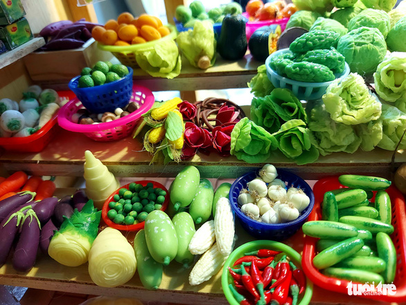 A miniature grocery stall made with clay by Pham Thuy Thanh Thao. Photo: Chi Cong / Tuoi Tre