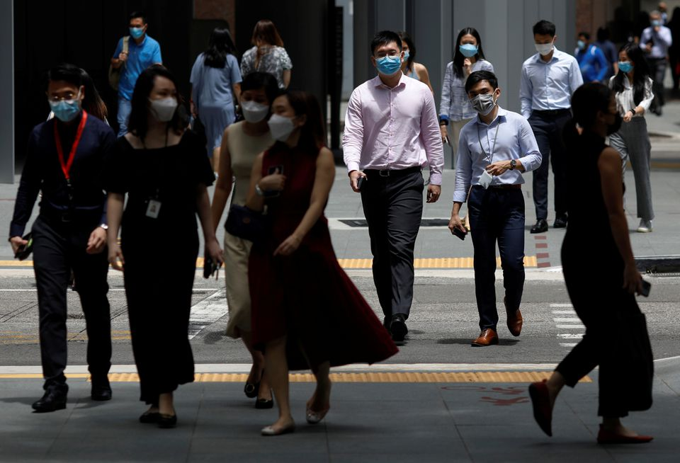 Office workers spend their lunch breaks at the central business district during the coronavirus disease (COVID-19) outbreak in Singapore September 8, 2021. Photo: Reuters